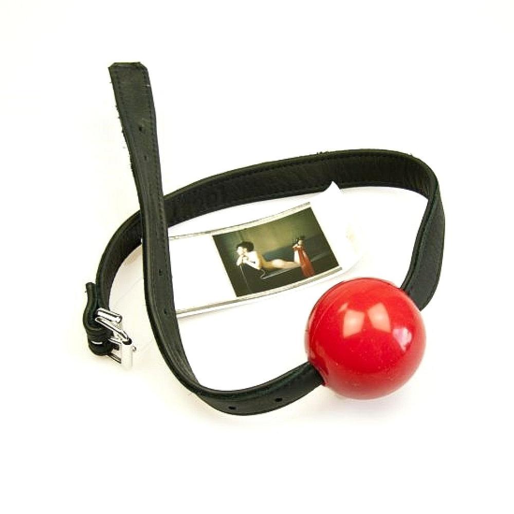 der riesige 60 mm ballknebel aus rotem silikon mit lederband. Black Bedroom Furniture Sets. Home Design Ideas